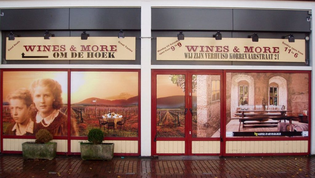 ARTvertisements as eye-catcher for the empty property of Wines & More. Purpose: faster rental.